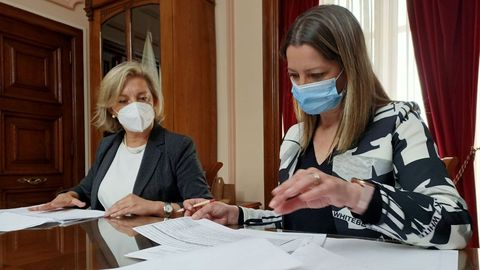 La alcaldesa de Lugo, Lara Méndez, con la responsable de Economía, Paula Alvarellos