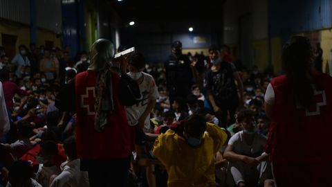 La Cruz Roja ayuda a grupos de inmigrantes llegados a la playa del Tarajal