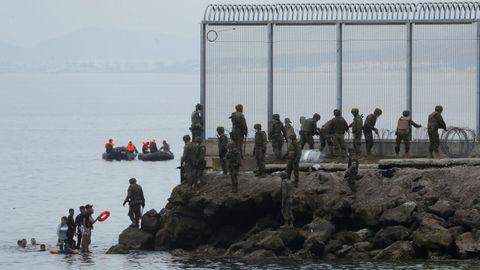 Los soldados colocaron este martes alambradas para reforzar la valla fronteriza en el espigón del Tarajal