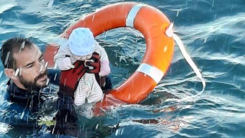 Un agente del GEAS (Grupo Especial de Actividades Subacuáticas) de Ceuta rescató a este bebé de apenas unos meses de vida