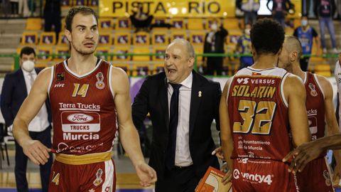 Rafa Monclova, técnico de Murcia, arengando a los suyos