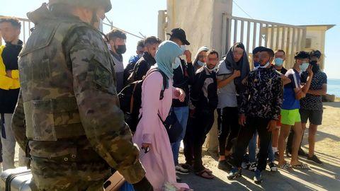 Un grupo de jóvenes marroquíes son devueltos a su país por las autoridades españolas este miércoles en Ceuta. El número de devoluciones de inmigrantes asciende ya a 4.800