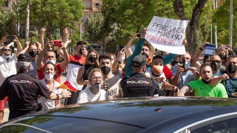 Varias personas se manifiestan contra la llegada del presidente del Gobierno, Pedro Sánchez, a Ceuta