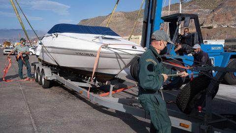 Agentes de la Guardia Civil remolcan la embarcación de Tomás Gimeno,  padre de Anna y Olivia