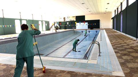 La puesta a punto de Manzaneda.Labores de limpieza en la piscina y el spa