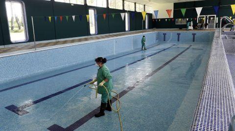 La puesta a punto de Manzaneda.Labores de limpieza de la piscina y el spa