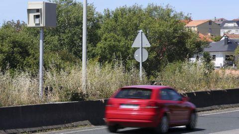 Un turismo pasando junto al radar de tráfico de A Malata, en Ferrol, cuyas sanciones, en algún caso, ya han sido cuestionadas por los tribunales.