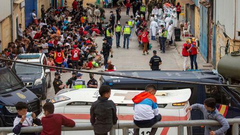 Imagen de las decenas de menores llegados solos a Ceuta, que esperaban a hacerse las pruebas de covid, el miércoles, en el polígono industrial de la ciudad autónoma