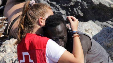 Luna, la trabajadora de Cruz Roja que consuela a un inmigrante que llegó exhausto a Ceuta, el pasado martes