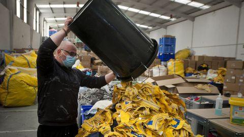 A esta nave coruñesa llegan los uniformes de Ikea de toda Europa para reciclar