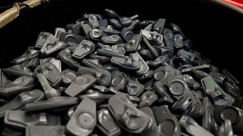 Se recicla todo, desde alarmas, plásticos, cartones, broches... que venden a proveedores para incorporar a nuevas prendas.