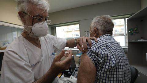 La campaña de vacunación masiva continúa estos días en el hospital de Burela al tiempo que han vuelto a surgir pequeños brotes en Viveiro o Cervo