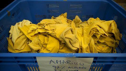 Los uniformes de Ikea de toda Europa llegan a esta nave donde se convierten en trapo amarillo