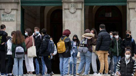 Alumnos a la puerta del IES Eusebio da Guarda, en A Coruña