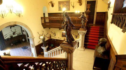 Adornos, cuadros y esculturas, en el acceso principal del pazo de Meirás