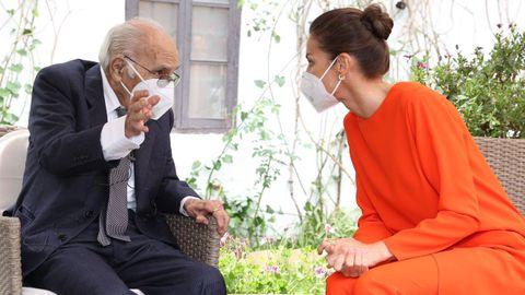 La reina Letizia charla con el poeta Francisco Brines, en la casa del escritor en Oliva, el pasado 12 de mayo, cuando le entregaron el Cervantes