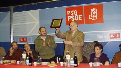 El exalcalde de Cervantes Manuel Belón recibe un homenaje del PSOE cuando se retiró de la política en el 2007