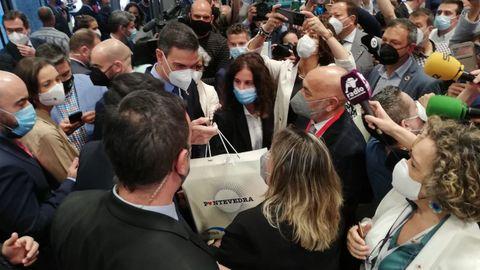 Pedro Sánchez recibió la bolsa de Visit-Pontevedra de manos de la concejala de Turismo, Yoya Banco, y del teniente de alcalde, Tino Fernández