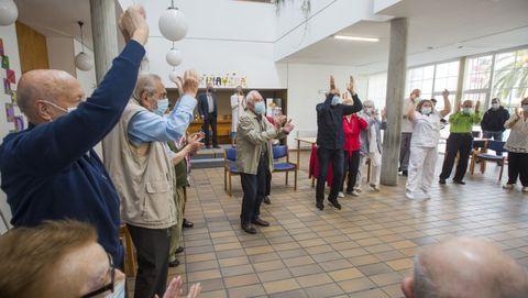 Los mayores sorprendieron con una coreografía a las autoridades visitantes