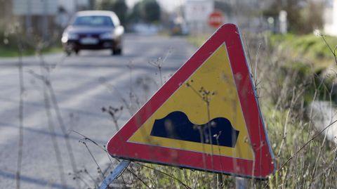 Una señal de obra en el tramo inicial de la carretera de Monforte a Currelos