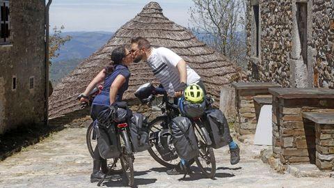 Zureya y Vianney vienen en bicicleta desde Francia