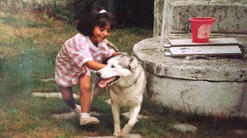 Laura, de niña, con su perro