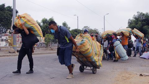 En una imagen de archivo cientos de venezolanos regresan a su país desde Colombia después de que la pandemia les dejara sin trabajo