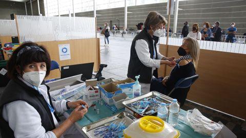 Tres mil personas de menos de 60 años estaban citadas este sábado en el recinto ferial de Pontevedra para recibir el suero de Pfizer