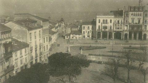 O Cantón de Ribadeo, con la Casa de Lage enfrente, donde se situó el comercio El Nuevo Mundo
