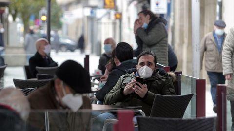 Clientes con mascarilla en una terraza del centro de Monforte