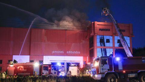 Un incendio causa graves daños en el secadero de Jamones Otero en Vilalba