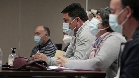 El presidente del Lemos, Óscar López, en la asamblea de socios de este domingo, sentado junto al resto de su junta directiva