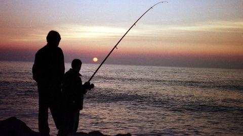 La pesca recreativa marítima con caña puede practicarse desde tierra o desde embarcación