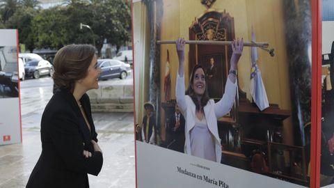 Inés Rey contemplando una foto del día que tomó el bastón de alcaldesa en María Pita