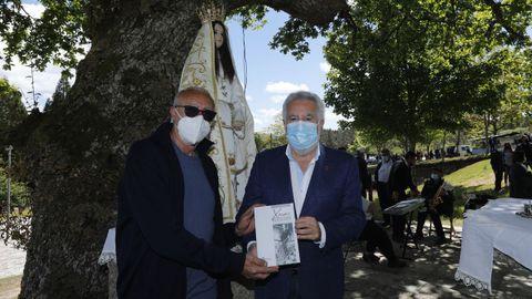 Un ejemplar del libro «Xocas revisitado.Lembranza de Xaquín Lorenzo Fernández», editado por el Museo do Pobo Galego con el patrocinio del Parlamento de Galicia se entregó en esta jornada al Concello de Lobeira