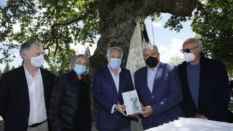 El libro sobre Xaquín Lorenzo lo entregaron el presidente del Parlamento, Miguel Santalices, que también es oriundo de Baixa Limia. También participaron la vicepresidenta do Padroado do Museo do Pobo Galego, Concha Losada, e mailo director do Museo, Manuel Vilar.