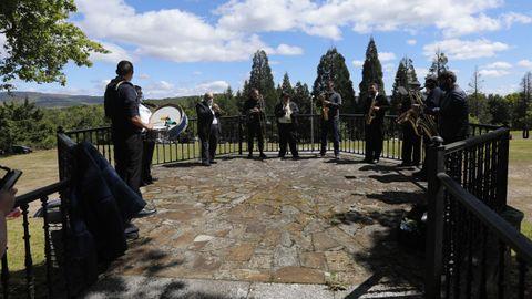 La charanga Os Bandiños amenizó musicalmente la romería