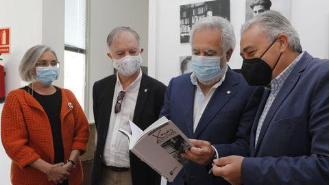 El alcalde Antonio Iglesias recibió el libro de manos del presidente del Parlamento, Miguel Santalices