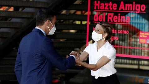 Pedro Sánchez saluda a la ministra de Trabajo Yolanda Díaz