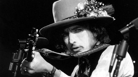 O músico Bob Dylan (nacido Robert Allen Zimmerman en Duluth, Minesota, o 24 de maio de 1941), nunha  imaxe tomada durante a xira que realizou en 1975 por Estados Unidos «The Rolling Thunder Revue»