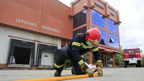 Un bombero recogía material este domingo después de una madrugada de máxima tensión