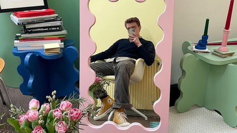 El autor del espejo curvy, Gustaf Westman, en una foto delante de una de sus piezas