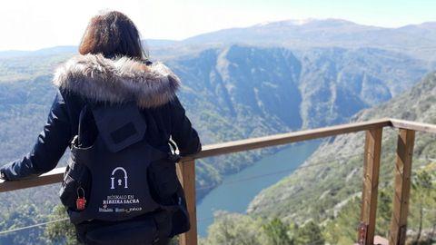 Una turista con una mochila del programa «Búskalo en la Ribeira Sacra», organizado por el consorcio de turismo