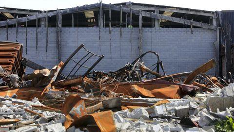 Los restos de la nave de Fraín, un mes después del incendio, sin previsiones de ser retirados