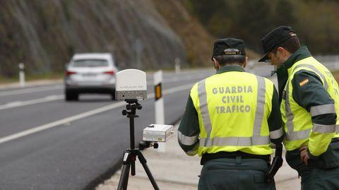 Agentes de la Guardia Civil de tráfico en un control de velocidad.
