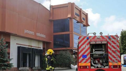 Las labores de extinción se alargaron hasta la tarde del domingo, más de 24 horas después del inicio del incendio