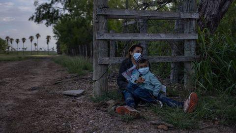 Una inmigrante de El Salvador en la frontera entre Estados Unidos y México