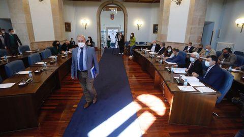 Entrada del presidente de la Diputación en el salón de plenos provincial