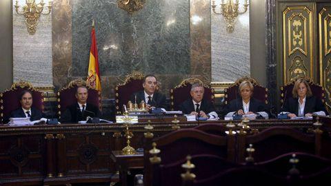 El juez Manuel Marchena, (tercero por la izquierda en la imagen) presidió el juicio en el Tribunal Supremo que condenó a los líderes independentistas