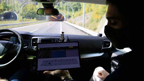 Un técnico de Telefónica explica el sistema aplicado en el interior del túnel y la información que reciben